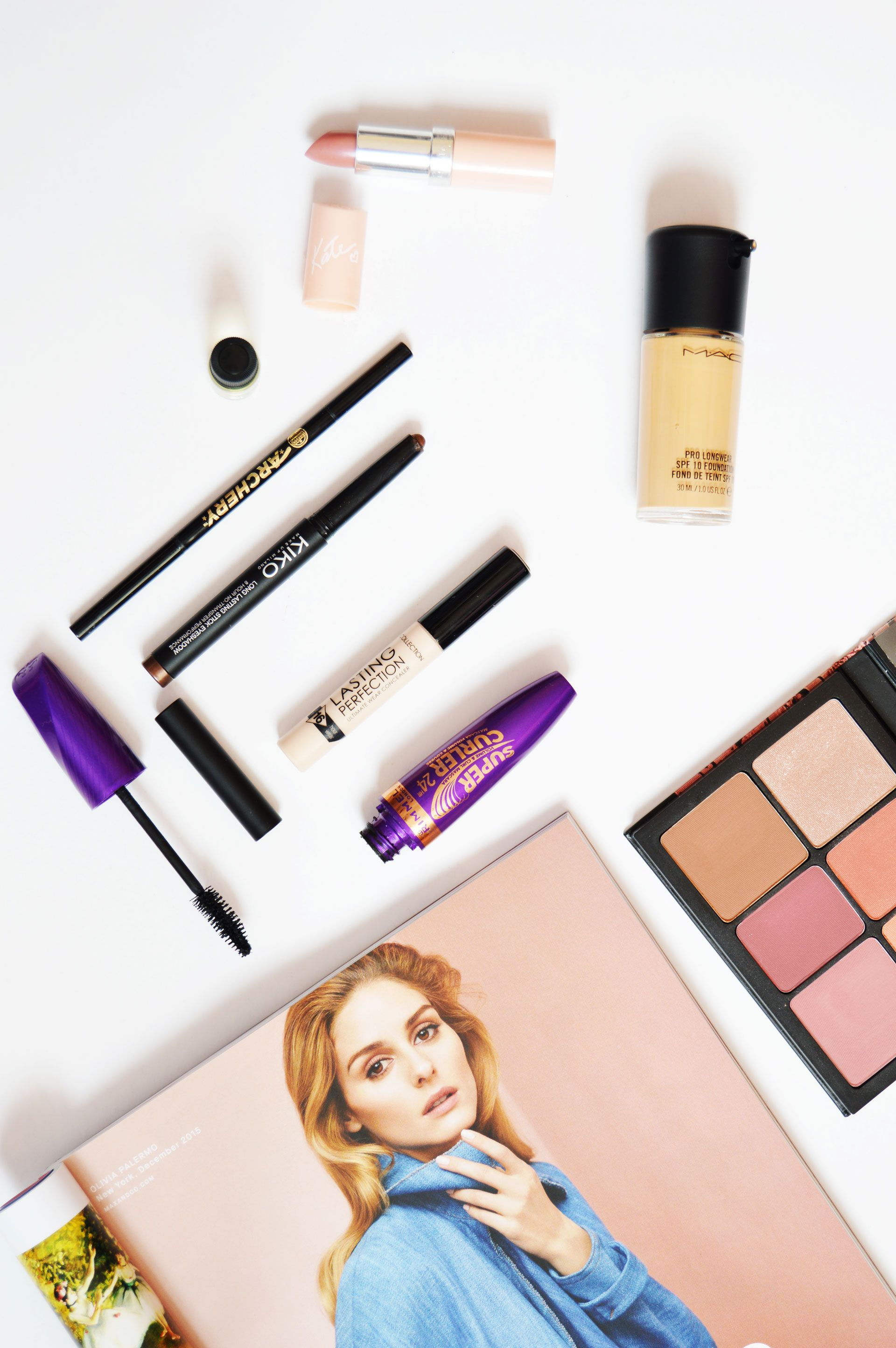 Everyday Nude Makeup Look | Flawless base with minimal eye makeup and contoured cheekbones, nude makeup looks better when face features are all defined. Click through to check out how to achieve everyday nude makeup look.
